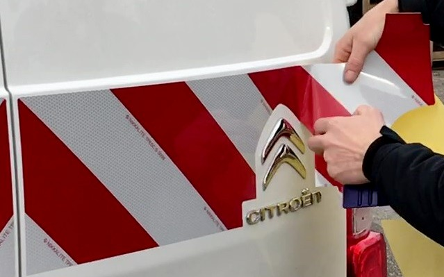 Pose kit balisage: décoller le papier protecteur
